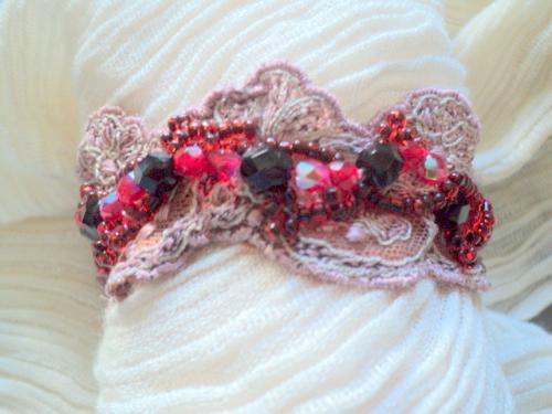 Manchette sur dentelle décorée de perles facette en cristal de bohème rouge et noire et rocailles rouge au coeur noir