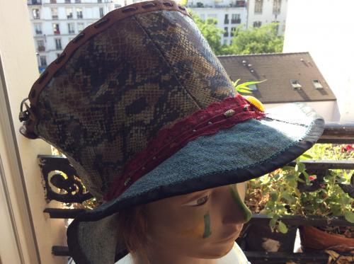 vous l'attendiez ce chapeau n'est-ce pas ? Si si ! Vous qui lisez ces lignes.  Voici un chapeau pour ceux ou celles qui ont une �me d'artiste. Haut de forme. Un magnifique ruban de dentelle rose pour le c�t� glamour. Imitation cuir fa�on reptile. Jean, faux cuir et breloques en d�co.  Tour de t�te. 60  /  62 cm