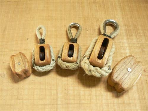 Les poulies blocs sont faites sans assemblage en une seule pièce de bois. La caisse est en châtaignier ou chêne. Le Réa est en bois exotique (Iroko). L'axe est en inox. Le tout est traité à l'huile de lin chaude. (Poulie double sur demande)