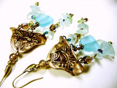 Rivi�re de galets de verre d�poli bleu-vert pastel avec des touches scintillantes de cristal de boh�me pour ces  longues boucles d'oreilles en bronze.