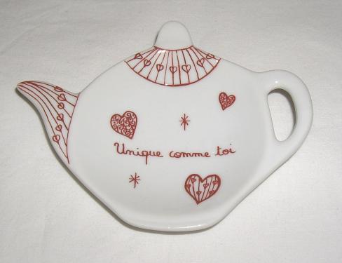 Joli repose sachet de thé spécial Saint Valentin avec petit message d'amour! Joignez l'utile à l'agrèable en offrant ce cadeau qui fera à coup sûr plaisir ! Largeur 12cm sur hauteur 9cm.