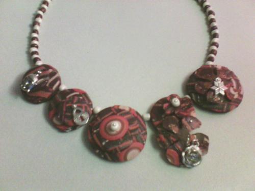 Collier polymère et breloques argentées  perles nacrées et marrons ,entièrement fait à la main ,modèle unique