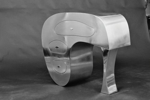 Dolmen Alloy ; commode console entièrement réalisée en chaudronnerie d'aluminium