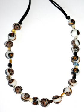 Ce collier r�alis� en pi�ce unique, apportera une note chic et class autour de votre cou. Tonalit� marron et opaline.