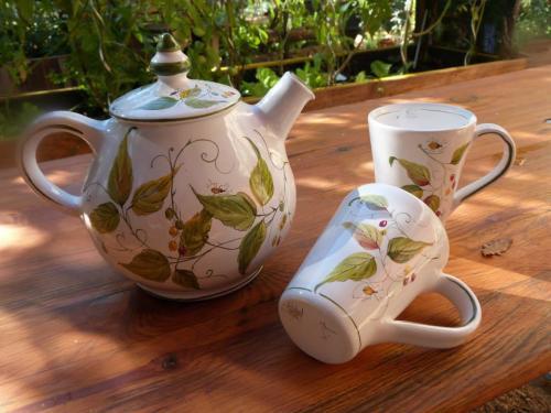 théière, 2 mugs, décoration de plantes et fleurs