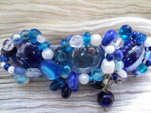 Grand barrette d�cor�e de trois galets en verre bleu et de perles de toutes sortes bleues et blanches