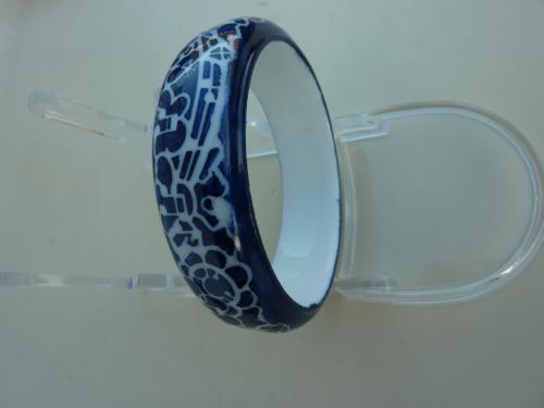Bracelet personnalisable, en porcelaine de Limoges, peint à la main. Chaque motif sur ce bracelet est dessiné et peint à la main. Trois cuissons ont été nécessaires pour créer ce bracelet: le motif , un coté et un autre coté. Bracelet en porcelaine diamètre 7,5 cm En vente sur le site , cliquez sur:  http://www.alittlemarket.com/bracelet/fr_bracelet_bleu_marine_peint_a_la_main_-8324739.html