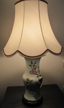 L'abat-jour de cette jolie lampe a été réalisée pour un client en remplacement d'un abat-jour pagode à bandeau usagé. Il est en soie écrue de chez Edmond Petit et doublé d'une percale de coton. Les huit pans sont soulignés  d'une double soutache ton sur ton. En rappel des principales couleurs du pied de lampe en céramique, une double soutache haut et bas vient agrémenter l'ensemble.