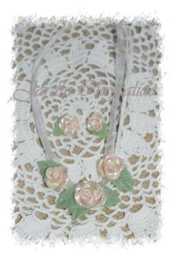 Mignonne allons voir si la rose...! Délicate parure collier et ses boucles d'oreilles assorties. Le collier est orné d'un ensemble de 3 roses nacrées modelées en porcelaine froide sans utilisation de moule. Les boucles d'oreilles puces sont assorties. Pour le collier: cordons et ruban blanc, longueur réglable de 43 cm à 47 cm environ. Boucles d'oreilles puces imitation rhodium couleur argentée. PRIX: 25euros + 5,60euros d'envoi en colissimo simple