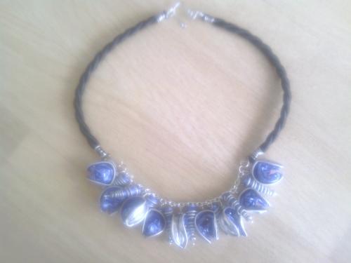 Collier capsules bleues monté sur chaîne et buna corde