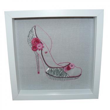 Cam�lia, chaussure brod�e de fleurs. Point de Beauvais, broderie aiguille et broderie perl�e de Lun�ville. 25x25cm