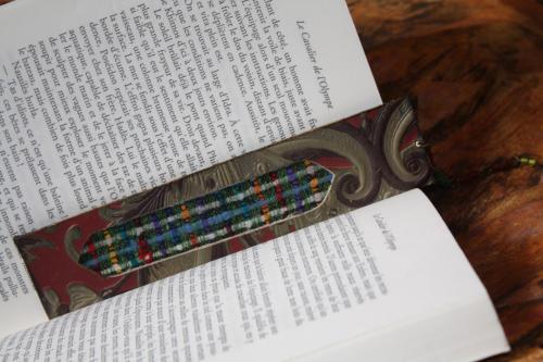 marque-page artisanal cuir et tissu avec signet- pigment or sur les cot�s. pour les amoureux de la lecture cette cr�ation est en mod�le unique dimensions :L 18 cm , large 4 cm , �paisseur 3 mm