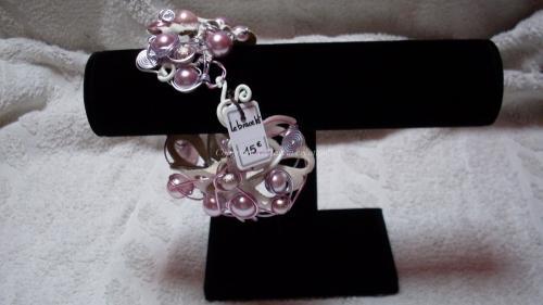 Bracelet montage sur morceau de simili cuir, fil d?alu parme et rose, perles magiques Réglable Réf: BR3
