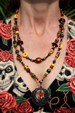 Viva Mexica ! collier sur 2 rangs avec perles toutes différentes et ajout d'apprêts dans le même thème