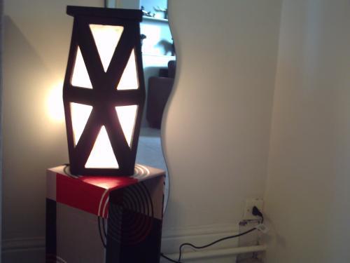 lampe en carton,finition peinture acrylique noire et papier ignifugé cette lampe même vendue restera en présentation car vous pourrez toujours me la commander. .