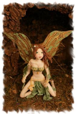 Arwen est entièrement modelée à la main en Porcelaine froide sans utilisation de moule d'aucune sorte. Modèle unique (OOAK Doll)! Son visage est délicatement peint à la peinture acrylique. Ses ailes ont été découpées dans une feuille de plastique, puis peintes à la peinture acrylique dorée et décorées de paillettes vertes. Arwen mesure 16 cm de hauteur, des genoux à la pointe des ailes. Pièce unique pour collectionneurs. Possibilité d'obtenir les photos du modelage en cours de réalisation. Matériaux utilisés : Porcelaine froide
