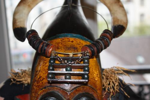 Mariage du cuir et du bois du plus bel effet. Superbe pendentif en trois dimension orn� d'une chainette