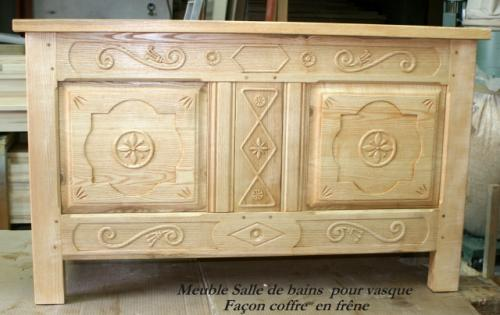 Creation :  MEUBLE SALLE DE BAINS :(vasque posée encastrée ) en frêne massif sculpté  effet coffre , façade deux portes ouvrantes .
