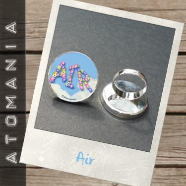 Bague « Air » - ATOMANIA  composée d?une image créée par « Atomania », protégée par résine transparente, montage sur support de bague argenté réglable. Format : 25 mm. Expédition sous huitaine après réception du paiement.