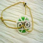 SIMPLISSIME 3:Bracelet sur fil de coton beige et disque en pâte fimo vert et blanc Ce bracelet peut s'adapter à tous les poignets aussi bien adolescentes et femmes