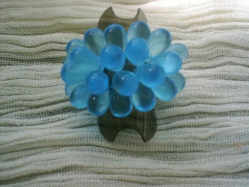 GOUTTES DE PLUIE Bague anneau de facettes en cristal de swaroski bleu clair et rocailles bleu fonc�, surmont�e de gouttes de pluie bleues.