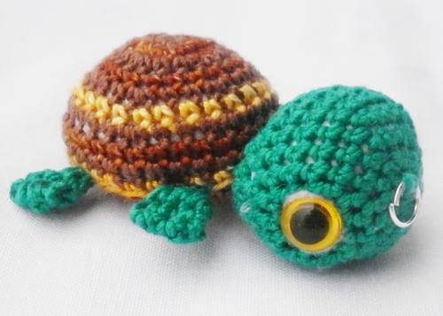 petite tortue aux différentes teintes de marron réalisée entièrement au crochet, elle mesure 5 cm de long. Elle est née dans mon atelier bressan.