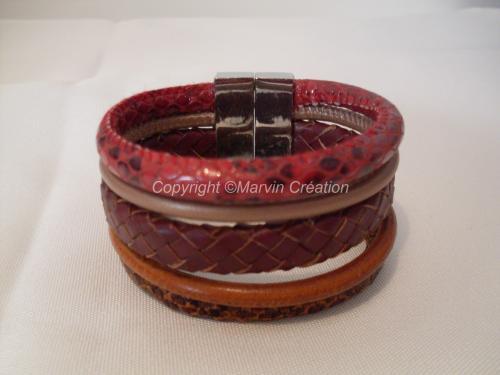 Bracelet manchette (18 cm avec fermoir) 5 liens de cuir rond, 2 en imitation peau de serpent de couleur marron et bordeaux, 1 en cuir tressé marron, 1 cuir beige et 1 en cuir marron un peu plus clair. Un fermoir magnétique termine le bracelet. Il ne peut être mit à votre taille, c'est un modèle  unique. Réf: BRA04164