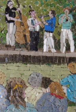Fête de musique Mosaïque de pâte de verre de 20X14 cm dans cadre céramique et bois.  De 30x24 cm.