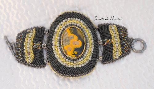 Large bracelet brod� avec 'jaspe moutarde' et perles en jade Cette manchette est orn�e d'un magnifique cabochon, rare