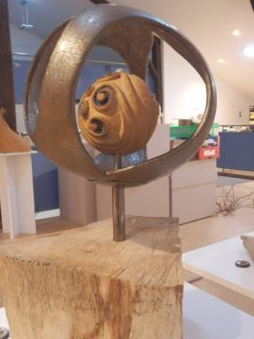 pi�ce en gr� sur socle en bois  hauteur 45cm par 25cm