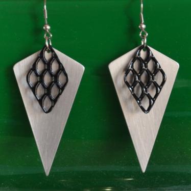 N°301, triangle en aluminium vernis et petite grille acier peinte en noir.
