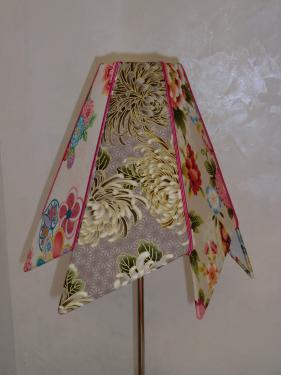 Abat-jour réalisé avec un tissu japonisant. Finition avec un galon de coloris Fuchsia. Pouvant être installé sur un pied de lampe ou bien en suspension.  Réalisable selon le décor de votre choix.
