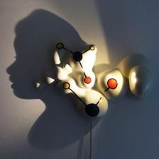 Sculpture en r�sine � fixer au mur. Quand vous l'allumez, un profil de visage se dessine. Dimensions : 30 cm