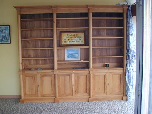 Bibliothèque d'esprit empire à demi-colonnes. Tirettes juste ua-dessus des portes.