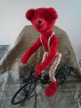 Arturo                                      50 cm mohair rouge +  tissu ameublement rouge et lin kapok  Articulation au niveau des chevilles Bras et jambes articulables yeux en verre noir + nez brodé  Août 2013