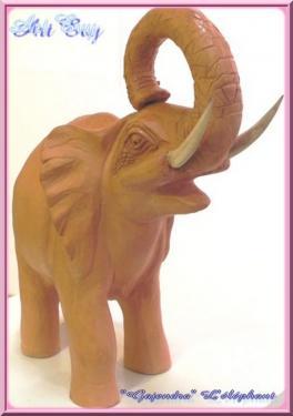 éléphant en terre cuite lisse rouge, patiné après cuisson- ses défenses sont en bois de buis - il s'appelle Gajendra, roi des éléphants en asie