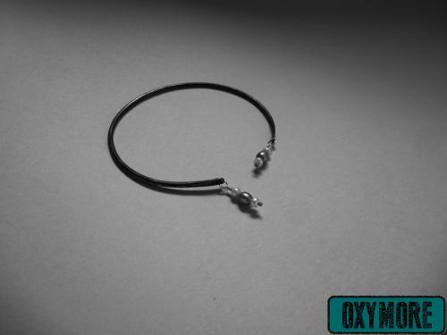 Yunitto 3 : Bracelet Yunitto en Cuivre Oxydé et Martelé. 2 Perles d'Eau Douce Blanches et 1 Perle d'Eau Douce Grise sont suspendues de chaque cote.  https://oxymore-creations.com/fr/bracelets/31-yunitto-3.html
