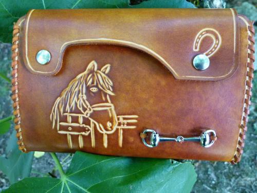 Pochette ceinture Sacoche muni d'un passant avec bouton pressions pour une fixation rapide à votre ceinture permet d'emporter ses papiers d'identité,un chéquier, son portable.Son petit format vous laisse suffisament d'aisance dans vos mouvements.  Gravure cheval dans son box ; min mors nickel Couleur au choix  Ref : SC-01-MN  En vente sur le site Equi-Art-Design http://www.equi-art-design.com/products/pochette-ceiture-ref-pc-01-t/