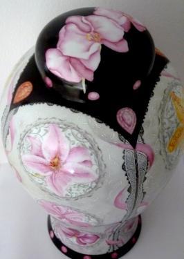 Potiche en Porcelaine de Limoges entièrement peinte à la main.  Un florilège d'orchidées mêlées de rubans et de dentelle .