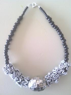 Collier capsules noires et grosse perle m�tal.