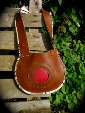 petit sac simple port� �paule court,veau marron, rouge, bordure et doublure tissu.
