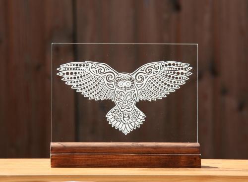 Gravure sur verre d'une chouette celtique