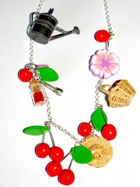 Mont� sur une chainette, les cerises et fleurs de cerisier s'entrem�lent avec un joli panier et chapeau de paille ainsi qu'un petit arrosoir. Pi�ce unique