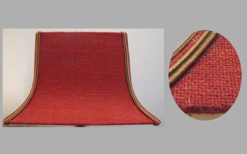 Pagode rectangulaire réalisée en lin de chez James Hare et agrémenté de soutache couleur bronze.