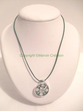 Collier ( 46,5 cm), cuir vert fin et médaillon de 3 cm vert en métal argenté avec des petites fleurs. Le fermoir est un mousqueton en métal argenté. Ce collier peut être ajuster Me contacter pour renseignements Réf: CO04164