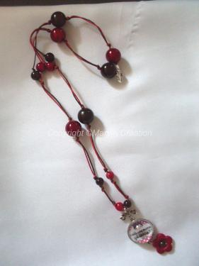 Collier de 57 cm de longueur avec fermoir, fils de coton marron et rouge noués, petites et grosses perles magique marron et rouge, cabochon en verre en forme de dôme avec image digitale