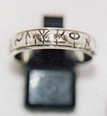 anneau en demi jonc gravures runiques -fabrication artisanale en argent massif 95% gravures réalisées à la main Possibilité de faire graver votre message