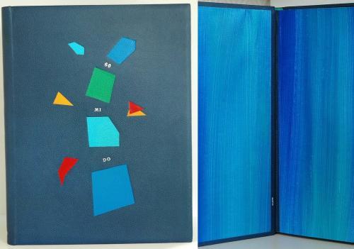 ALBUM PHOTOS d'ANNIVERSAIRE Reliure 33.5x25 cm vachette bleu Mosaïque de cuirs Titre oeser blanc Papier de garde Claire Lutz