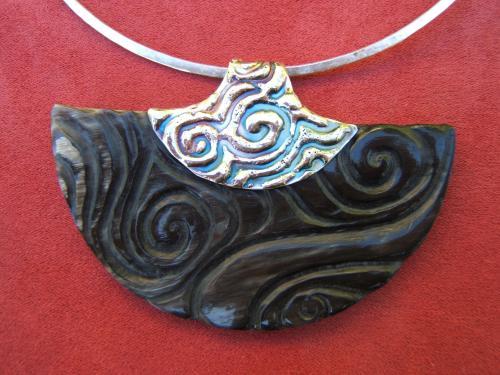 pendentif en corne sculptée ,sur monture laiton plaqué argent