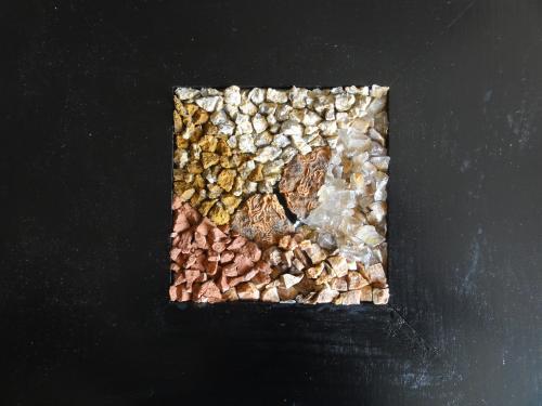Chaos: r�alisation avec des min�raux divers, du quartz fum�, morceaux de rouille. 10cm/10cm cadre: 25cm/25cm environ